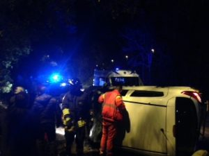 incidente su via trionfale un'auto si ribalta illesi i due conducenti
