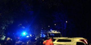incidente su via trionfale un'auto si ribalta illesi i due conducenti