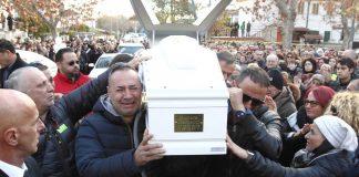 acilia commozione per i funerali di debora e aurora